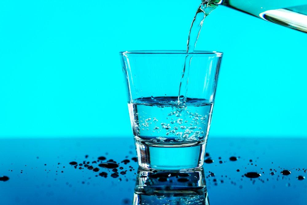 picie szklanki wody na czczo